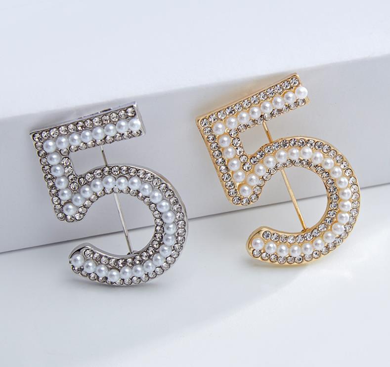 Vendita Designer Spilla famosa lettera Diamond Pin Tassel Donne di lusso spille gioielli decorazione abbigliamento