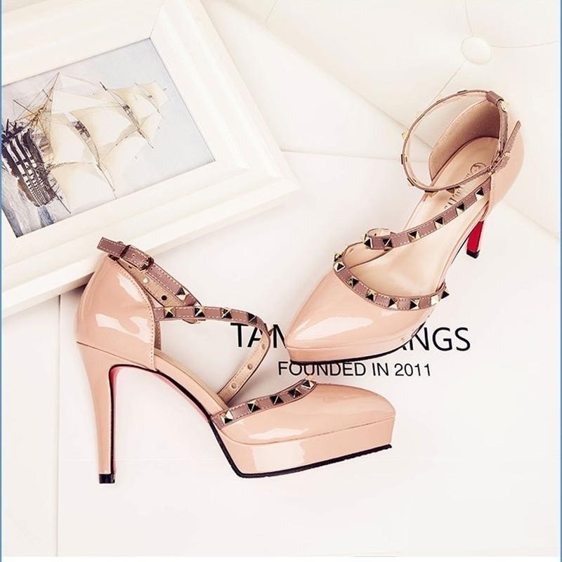 Nueva llegada de zapatos de verano sandalias femeninas remache tacones altos color marrón buena calidad 210330