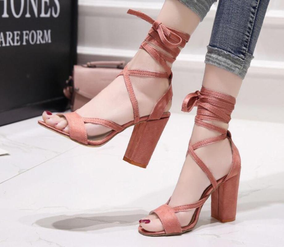 Süper Yüksek Topuklu Büyük Boy kadın Ayakkabı Hollow Yuvarlak Kafa Kalın Patlayıcı Modelleri ile Sandalet Ayak Bileği Askıları 34-43 Elbise