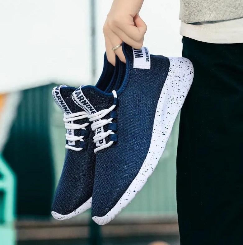 DE228 Açık Spor Ayakkabı Erkekler Hafif Runner Meshs Sneakers Alev Uçan Dokuma Outdoosr Örgü Çorap Yürüyüş Yürüyüş Mavi Siyah