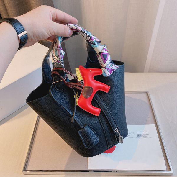 2021 classico di lusso di lusso di alta qualità sacchetto del cestino del cibi da donna di marca borsetta di moda con pendente di seta sciarpa in pony