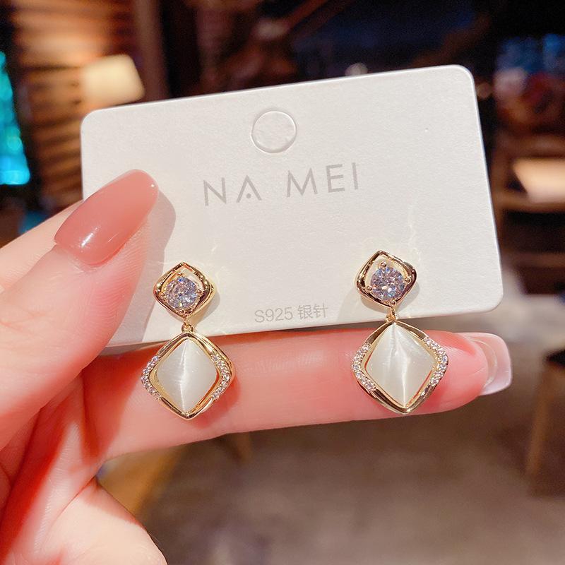Baumeler Kronleuchter 2021 Mode Retro Zubehör für Frauen Tropfen Ohrringe Einfache Kompakte Niedliche Zierliche elegante Designer Hochzeit