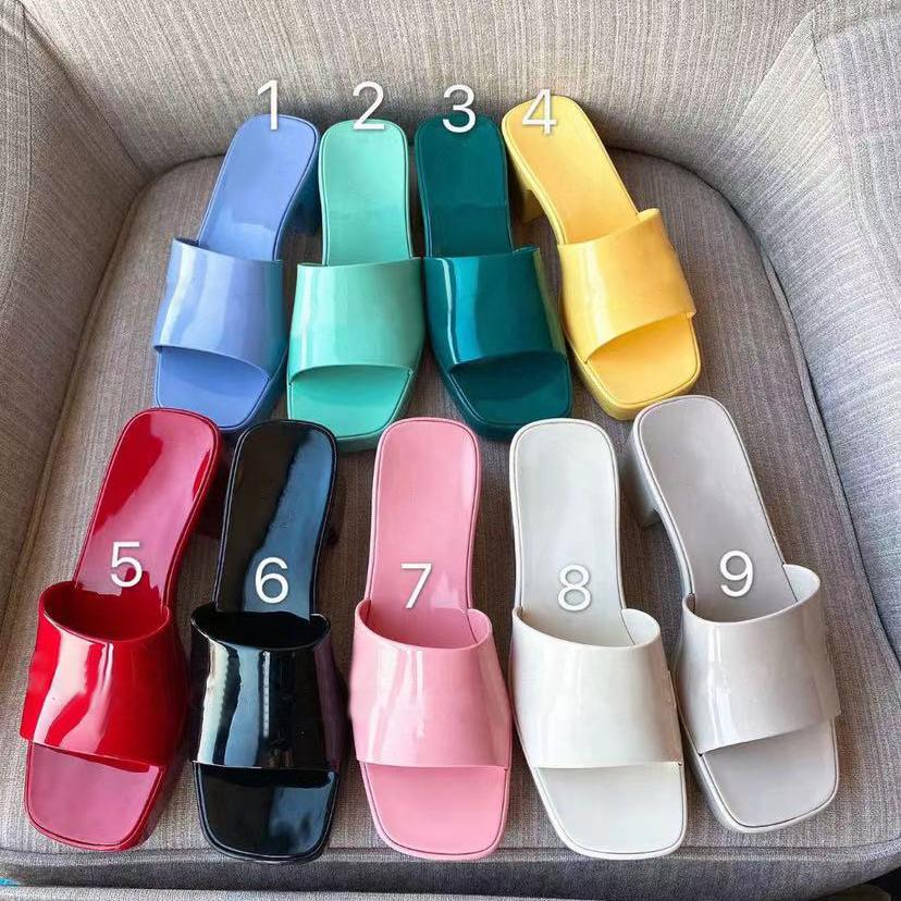 2021 Sommer Frauen Druck Sandalen Candy Colors Dicke Bodenschuhe Plattform Alphabet Lady Patent Trainer Strandurlaub Outdoor Hausschuhe mit Box