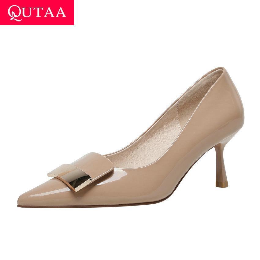 QUTAAA Punta de punta de la vaca Patente de Patente de Cuero Mujer Bombas Decoración de metal Moda Sola zapata delgado Talón alto Ladies Zapatos Tamaño 34-39 210510