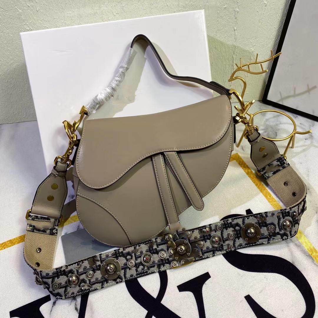 Femmes Brand luxe Designs Sacs Fashion Classic Demandez au numéro de série Serial Saddle Saddle Sac à main Sac à main Venez avec une boîte