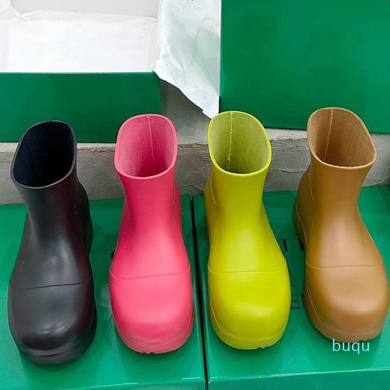 Tasarımcı-Moda Kadınlar Kısa Rainboots Işık Su Geçirmez Rahat Ayakkabılar Hakiki Deri Kauçuk Boy Taban Çeşitli Renkler Çizmeler