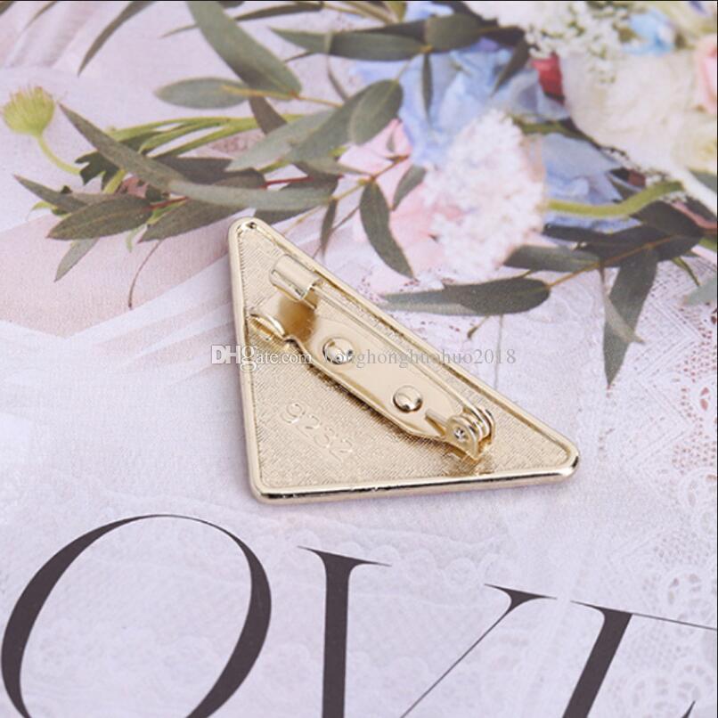 도매 금속 삼각형 브로치 스탬프 여성 여자 삼각형 편지 코사지 패션 액세서리 고품질