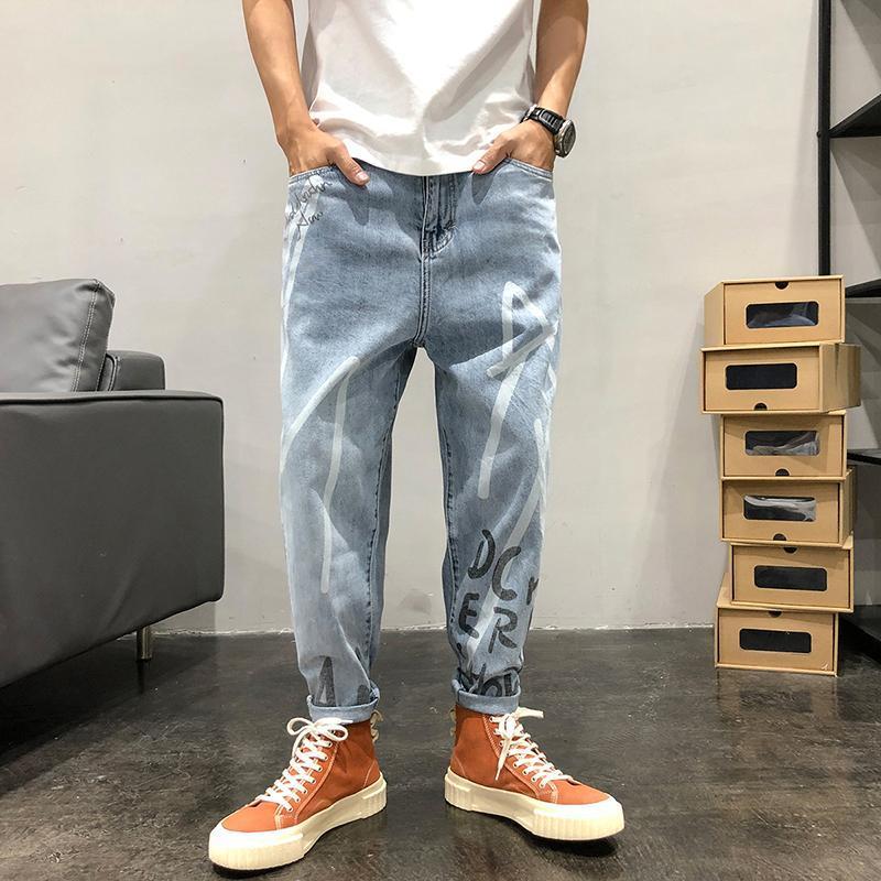 Jeans masculinos 2021 temporadas luz azul carta solta harém japonês calças de 9 pontos em linha reta tendência de impressão