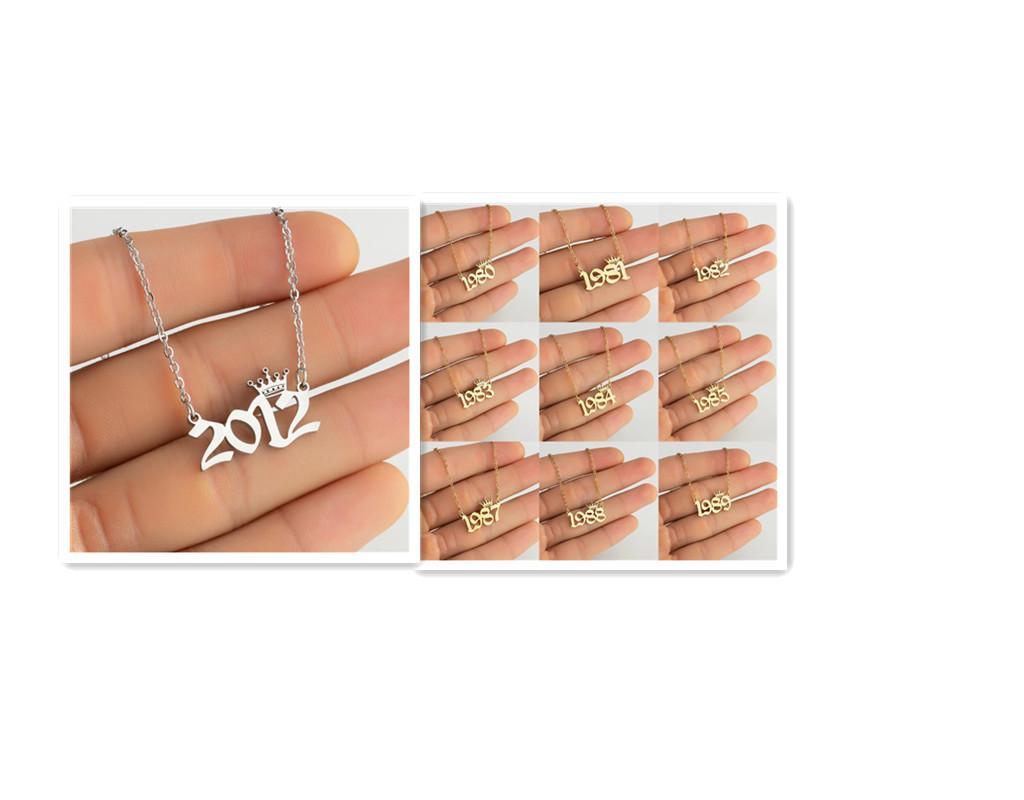 2 pcs jóias por atacado Aço inoxidável ano de nascimento colares antigos Número personalizado português Coroa personalizada