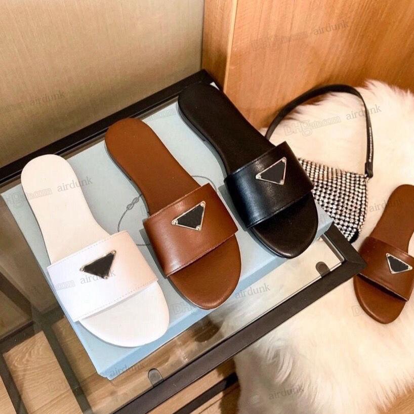 2021 Frauen Hausschuhe Sandalen Mode Designer Dreieck Flachfolien Flip Flops Sommer Echtes Leder Outdoor Müßiggänger Badschuhe Beachwear Schwarz Weiß Braun