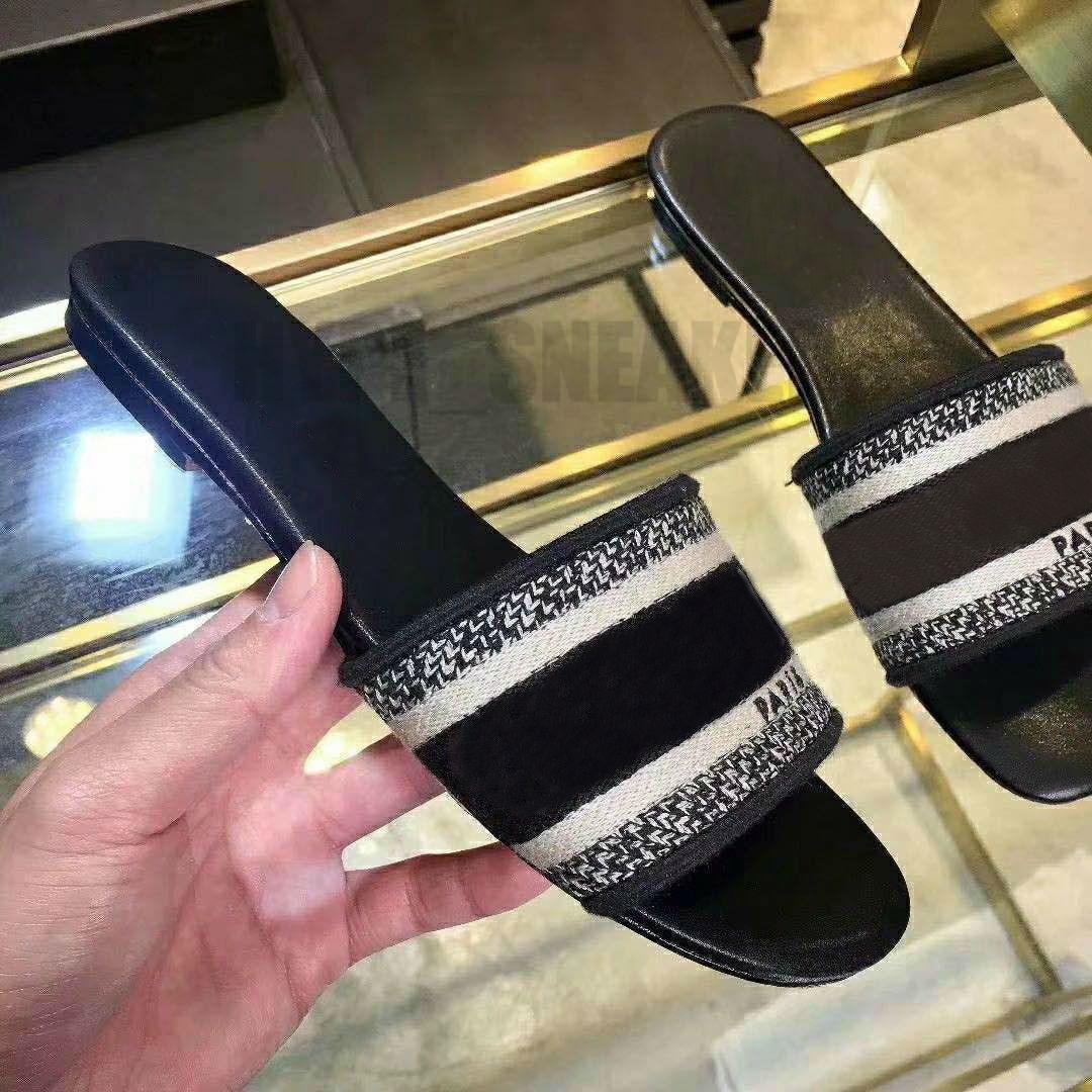 Luxo desenhista de couro senhoras verão sandálias plana chinelos bordado mulher praia moda grande cabeça chinelo cartas curva com caixa