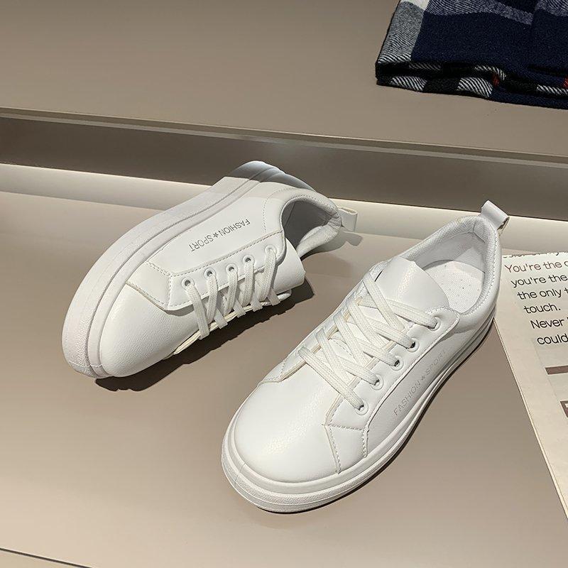 Scarpe bianche per le donne 2021 Primavera ed estate Nuovo stile coreano Sport piatti Sport casual Scarpe da bordo Scarpe da bordo Lace-up Bianco moda