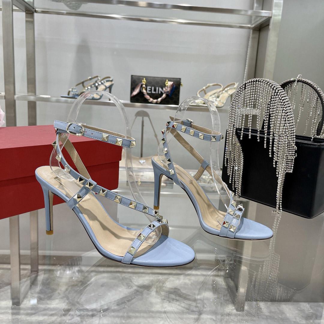 Высокое качество 2021 дизайнерские женские одежды обувь 6 см Высокие каблуки и сексуальные заостренные пальцы ног и заклепки черные белые голубые обнаженные свадебные туфли