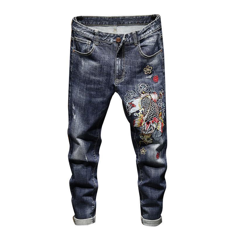 Pantalones de los hombres de los hombres pantalones de los hombres delgado y lavado de la vendimia estilo chino bordado koi moda suave cómodo negro azul de mezclilla pantalones