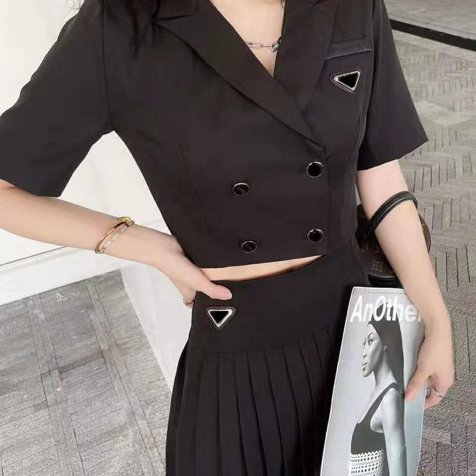 Frauen Kleid Anzug Trainingsanzüge Zwei Stücke Anzüge T-Shirt und Faltenrock für Damenmode Outwears Kleider mit Knopf Buchstaben Tees Röcke Sets