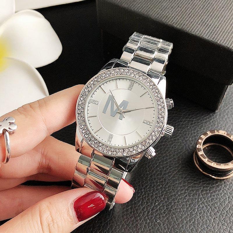 특별 브랜드 패션 밴드 시계 여성 큰 편지 크리스탈 스타일 금속 강철 밴드 쿼츠 손목 시계