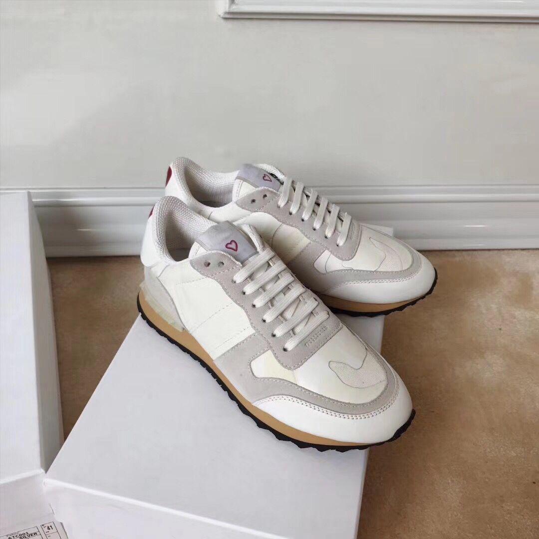 الدانتيل متابعة زوجين الأحذية عارضة تصميم خياطة بسيطة، والرجال والأحذية النسائية في الهواء الطلق مريحة مسطحة القاع جولة تو الشقق البيضاء عارضة