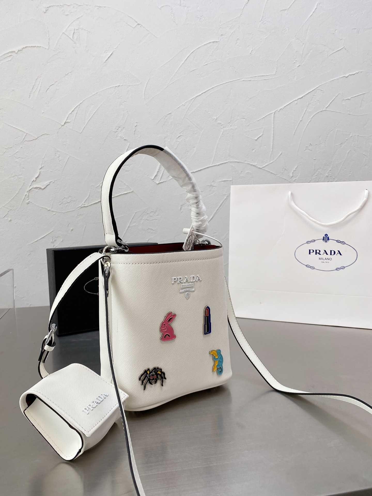 PRA Top Quality 2021 Fashion Luxury Designer Brand Pearl Catena a tracolla Borsa a tracolla trasportatrice Portatile Sacchetto di stoccaggio per sacchi da pranzo 2I2J