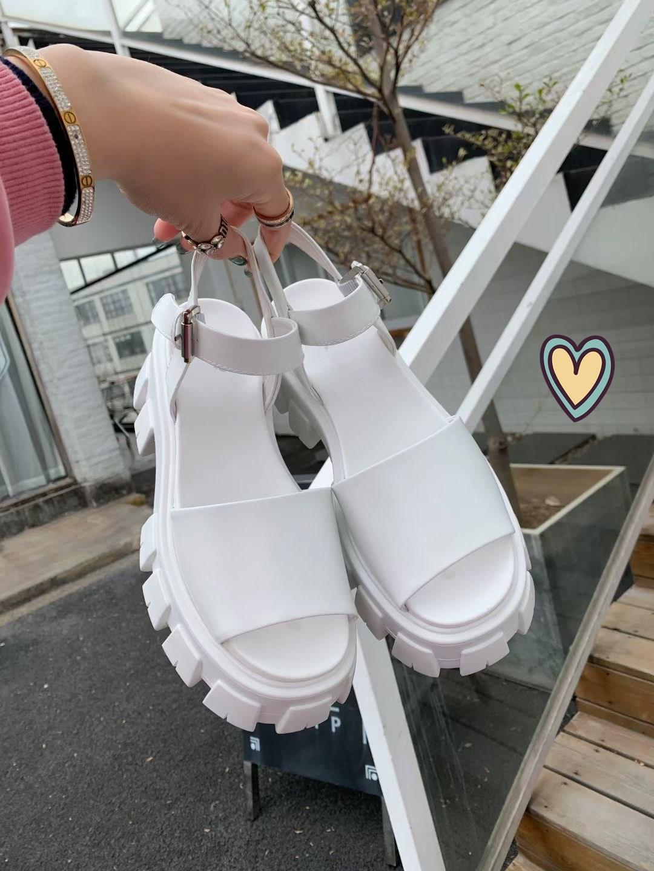 Fashionable novo verão espessura solada sandálias de couro de cor sólida com material confortável dentro de sandálias femininas design de altura de design de luxo