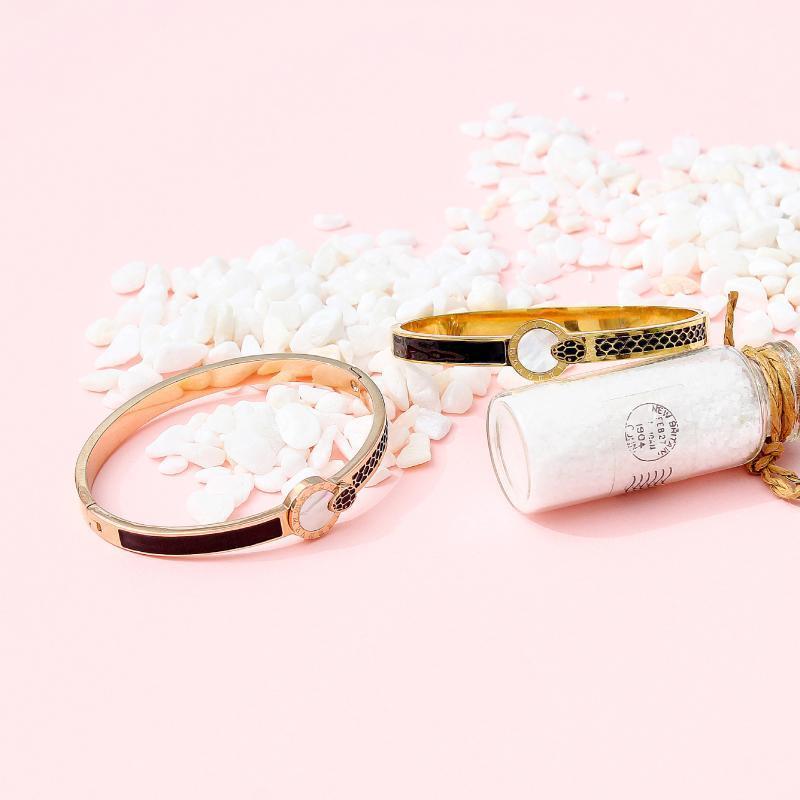 Pulsera de joyería de moda Forma de serpiente Forma Titanio Acero Cerámico Cerámico Star Star Ajustable Cierre de oro Color Gold Color Accesorio Brazalete