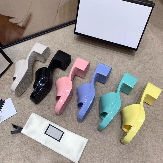 2021 مصمم الفاخرة النساء النعال عالية الكعب الحلوى الألوان المطاط الصلبة جيلي الأحذية الأزياء عطلة شاطئ الصيف الشرائح الانزلاق على سدى مثير فضيحة outdoorshoes