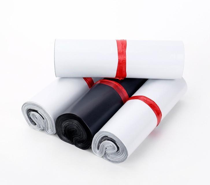 Kurye Çantası Siyah Zarf Posta Çantaları Kalınlaşma Su Geçirmez Beyaz Kendinden Yapışkanlı Mühür Plastik Kılıfı 15 * 25 cm 400 adet