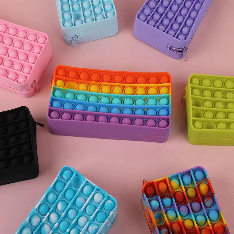 FIDGET 장난감 연필 케이스 다채로운 푸시 버블 감각 짜는 스트레스 릴리버 자폐증은 어린이를위한 안티 스트레스 무지개 성인 장난감이 필요합니다.