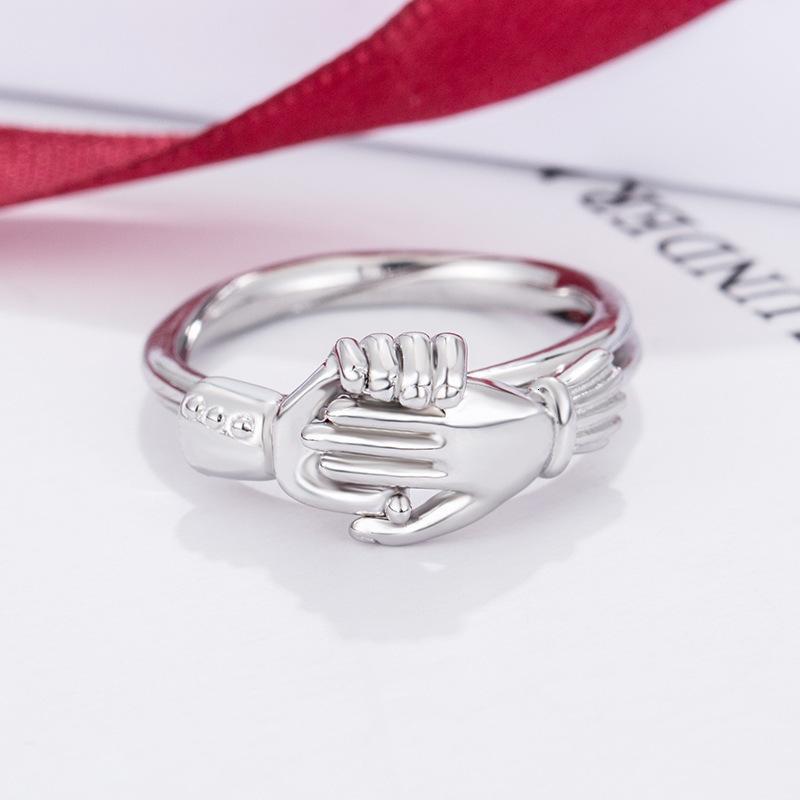 La chiusura in argento sterling sterling dritto le mani due in un anello