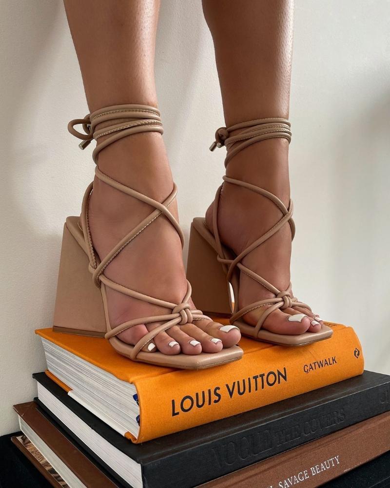 الصنادل 2021 الصيف عالية الكعب مربع الرومانية المرأة كبيرة الصليب حزام الأحذية