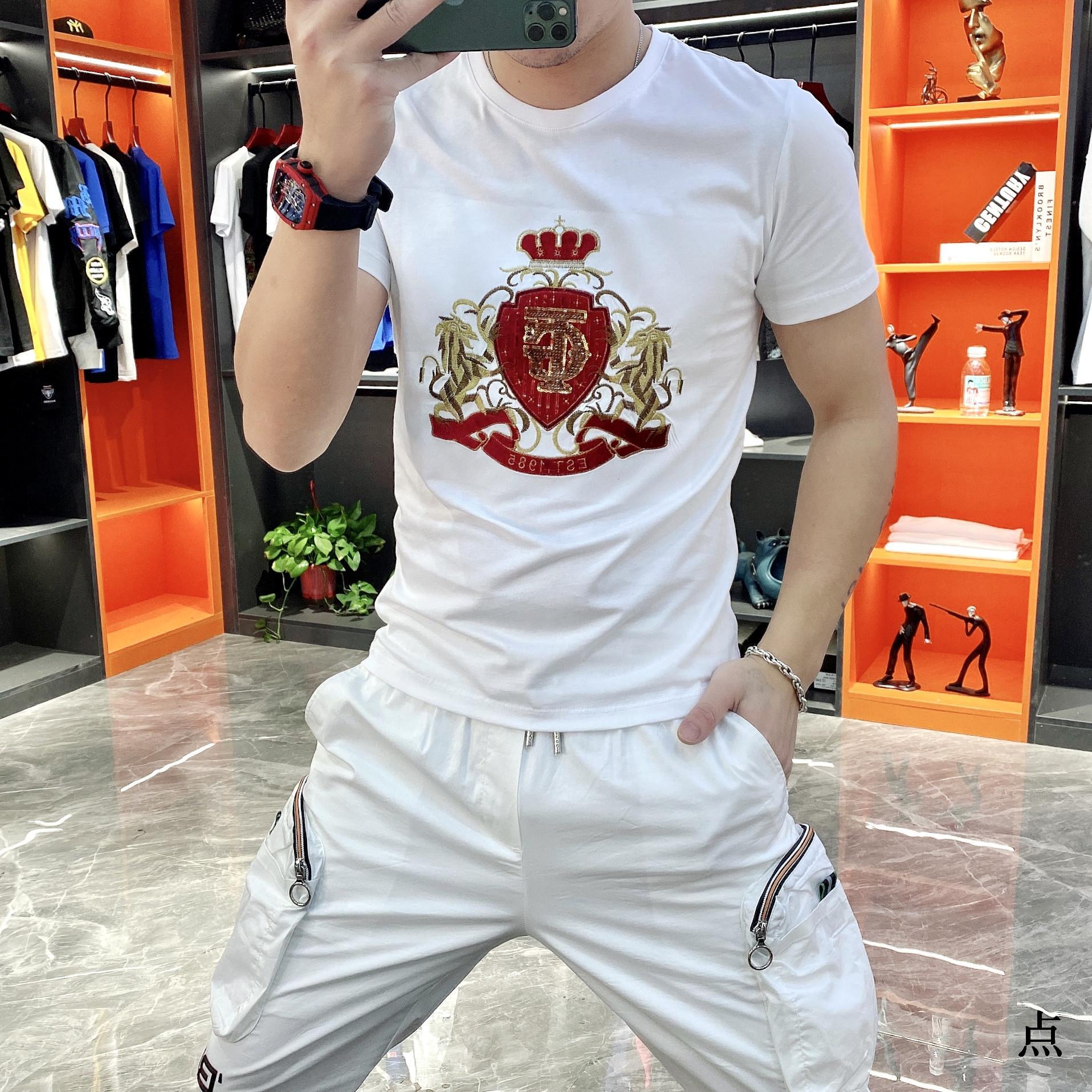 2021 Frühling und Sommer Neue Mode Trend Rundhals Kurzärmelige Bottoming Hemd Persönlichkeitsbrief Stickerei Slim Herren T-Shirt