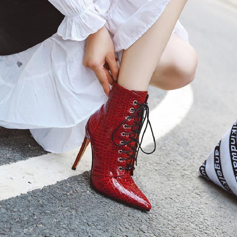 الأحذية السحرية 2021 مثير تنقش براءات الاختراع الجلود عالية الأحمر المرأة الدانتيل يصل أشار رقيقة كعب قصير كبير 44 45 46 47 48