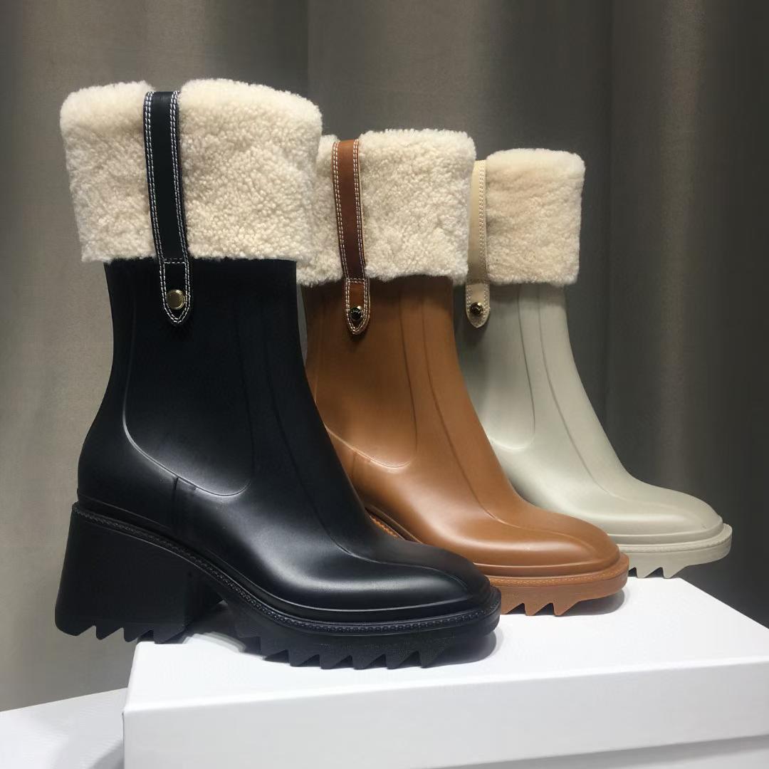 Lüks Kadın Betty PVC Yağmur Çizmeleri Bayan Tıknaz Bootis Tasarımcı Yarım Boot Bayanlar Elbise Ayakkabı Marka 100% Gerçek Deri Madalya Kaba Kaymaz Kış Ayakkabı Bayan Patik