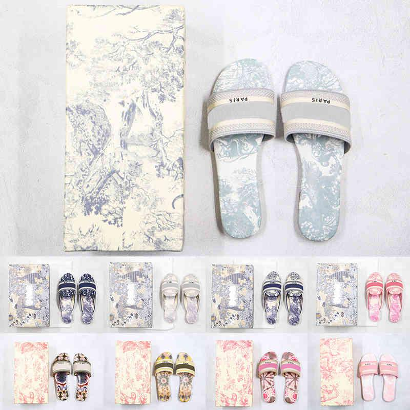 Deri [terlik kutusu ile] tercihli kadınlar 2021 sandalet tasarımcı denim yaz düz açık plaj bayanlar gökkuşağı O48P
