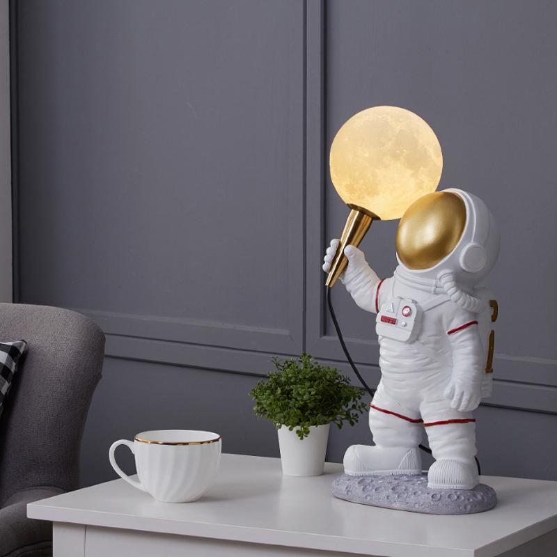 Nordic Reçine Masa Lambaları Dekor LED Ay Işıkları Yatak Odası Için Yaratıcı Çalışma Başucu Astronot Masaüstü Lamba Otel Oturma Odası Lobi Sergi Salonu Dikey Masa Işık