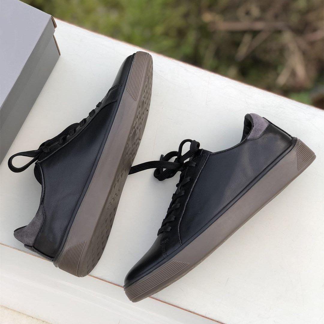 2021 Leder + Wildleder Nähte Männer Freizeitschuhe Pure Black Lace Up Flache Turnschuhe Wear Resistant Gummisohlen Outdoor Herren Casual Schuhe
