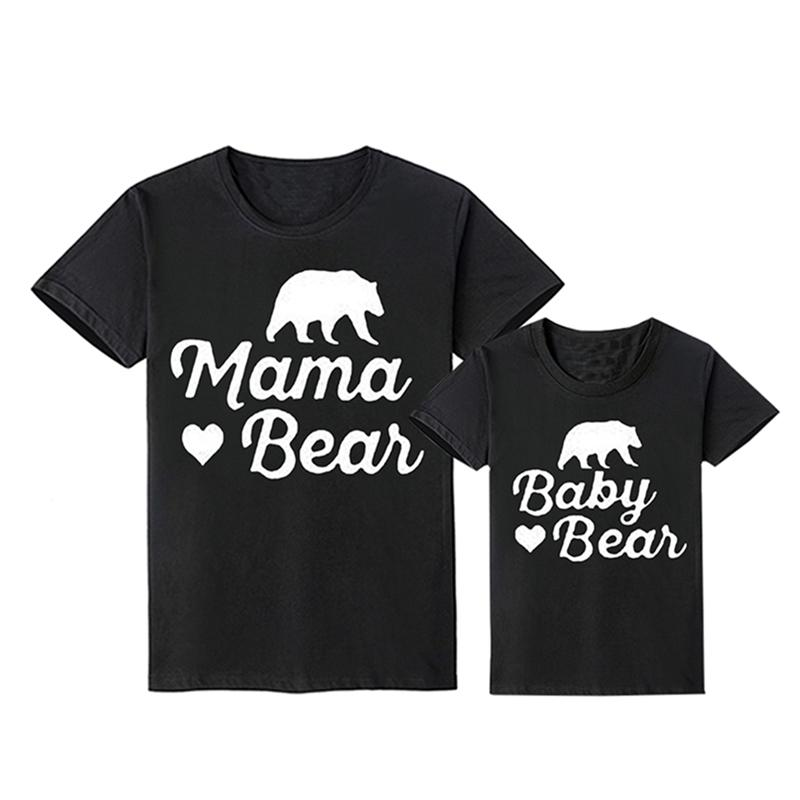Abbinamento del fumetto Bear Padre Mommy e me Abbigliamento figlio figlia Abiti Estate Creative T-shirt Famiglia Guarda 210417