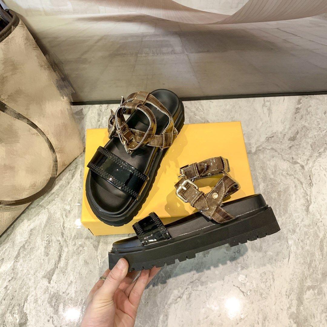 Nouveaux Sandales de la plate-forme Summer Classic Lettre Imprimer Sandales en cuir verni Sandales pour femmes Chaussures d'extérieur pour femmes avec une étroiseau à la semelle noire Boucle de bandoulière 35-40