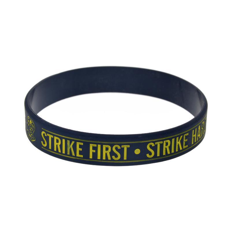 100pcs Strike First Strike Hard No Mercy Silicone 고무 팔찌 클래식 장식 로고 성인 크기 블랙