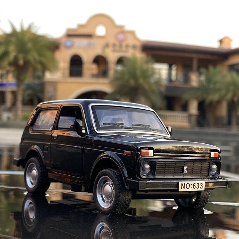 1/32 Russian Lada Niva Lega Modello Modello Auto Giocattolo Diecasts Casting Metallo Tirare indietro Musica Giocattoli auto leggera per bambini Veicolo