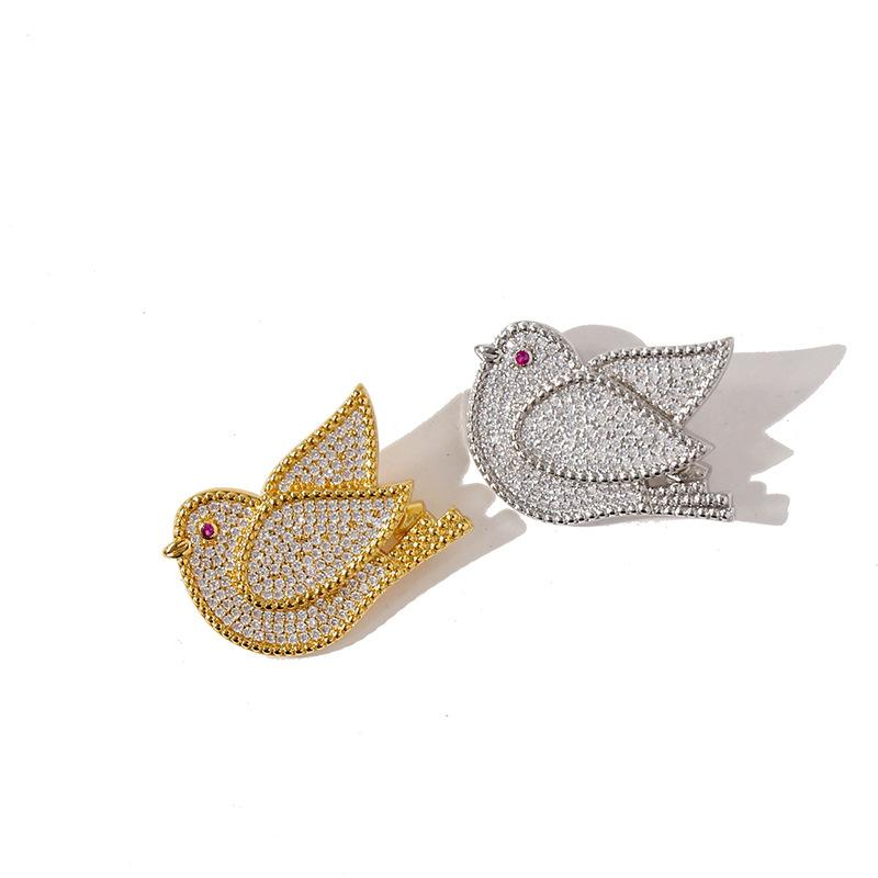 2021XQUISITE Fashion Semplice pace colomba Pigeon Cardigan Clover Pins Brooch V Style for womengirls Valentine's Day Giornalina Giornata di fidanzamento Regalo di gioielli (con scatola)