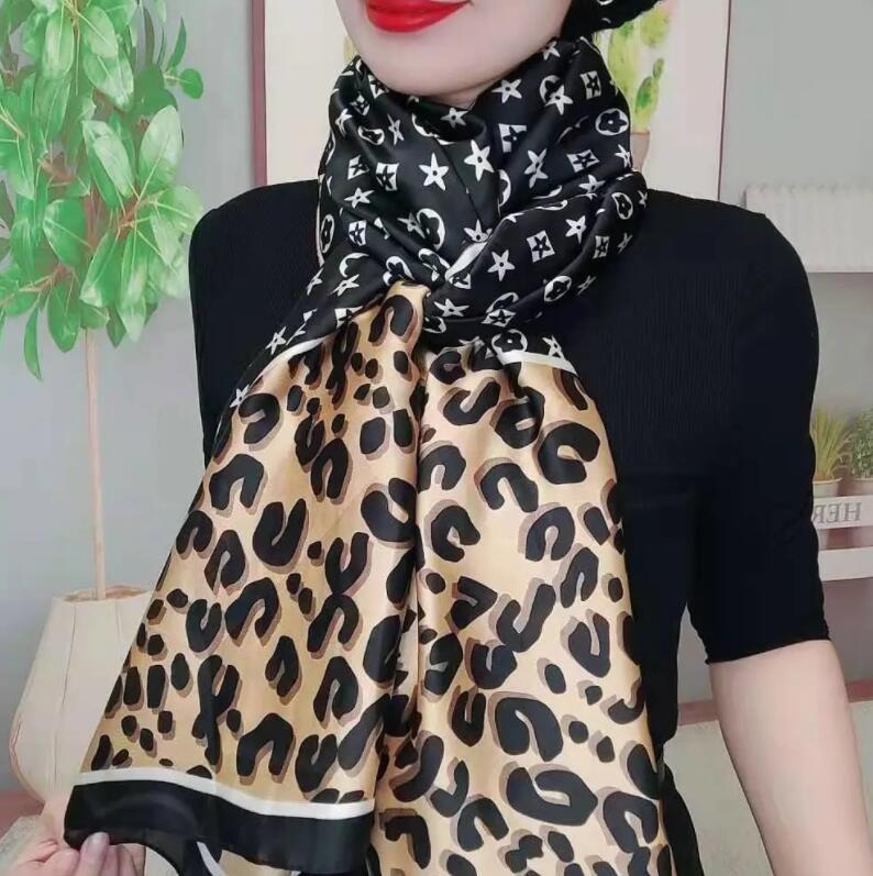 Mode rétro petite impression féminine imitation de soie grand écharpe carré écharpe attaché décoration printemps et automne foulards multifonctionnels