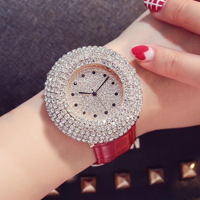 Lüks Kadın Saatler Rhinestone Bling Dial Rahat Kırmızı Deri Relogio Feminino Elbise Yonca Bilezik Bayanlar Kuvars Saatı