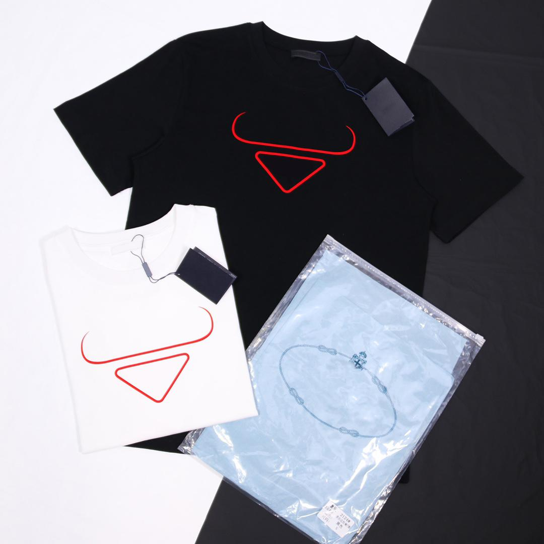 21 ss Mode T-Shirt Herren Classic Designer T Shirts edles rotes Dreieck-Druckjahr des Ochsenbegrenzten Stils 230 g Kämmte Baumwolle komfortable atmungsaktive übergroße Oberteile