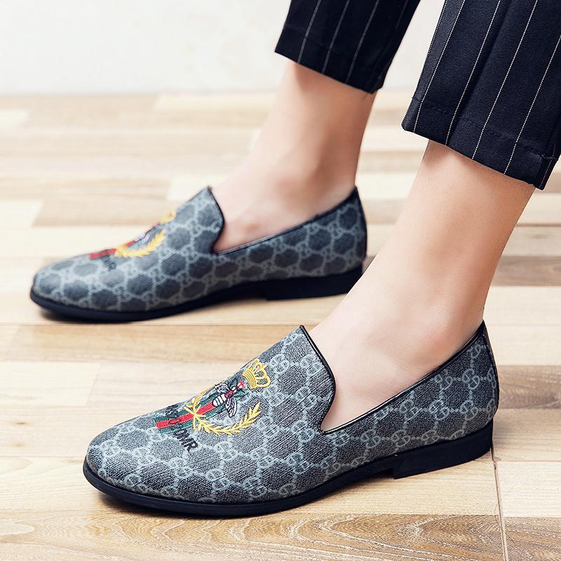 2021 Luxusmänner Stickerei Design Casual Gitter Block Business Schuhe Müßiggänger Rauchen Hausschuhe Zapatos Hombre Vestir