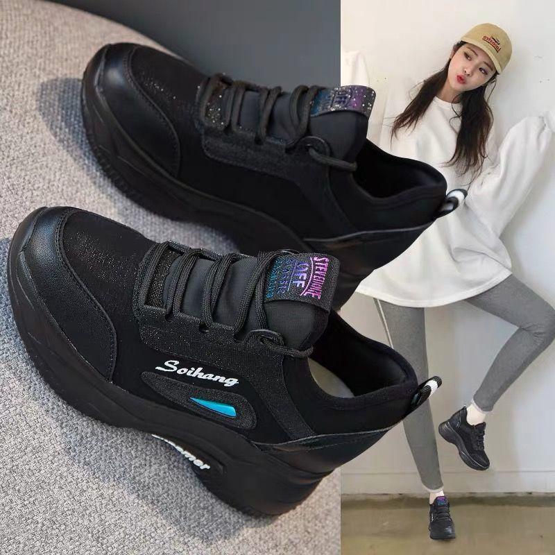 Sapatos de esportes claros versáteis e tênis de corrida para estudantes