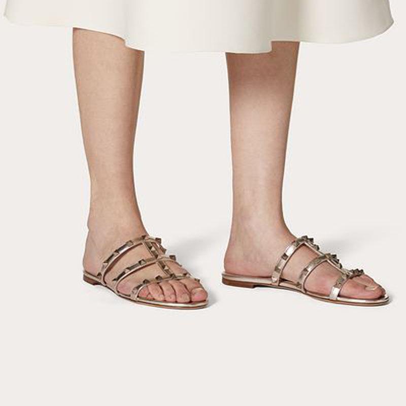 Fabrika Toptan Lüks Işık Ayakkabı Kaya Çivili Kadın Terlik Sandal Damızlık Düz Metalik Nappa Slayt Sandanls Markalar Lady Flats Terlik Flop Ayakkabı # 35-42 Yüksek Kalite