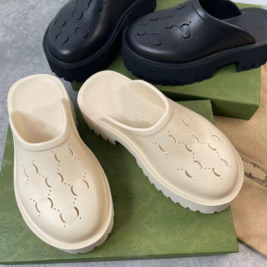 Diseñador de la marca de lujo Plataforma de mujeres Sandalias perforadas Zapatillas de materiales transparentes Moda Sexy Encantadora Soleada Playa Mujer Zapatillas Zapatillas Zapatillas con caja