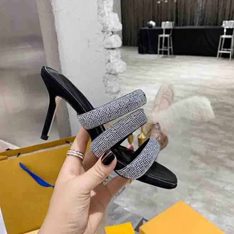 Европейские классические сандалии патентные кожаные кожаные каблуки женщин уникальный дизайнер партии мода девушки платье свадьба сексуальная обувь буквы каблуки
