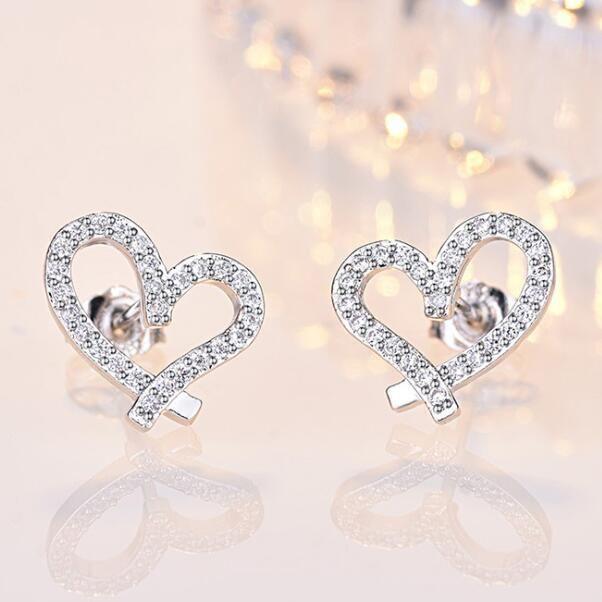디자이너 사랑 하트 스터드 귀걸이 크리스탈 18K 금 도금 빛나는 다이아몬드 귀걸이 여성을위한 흰색 지르콘