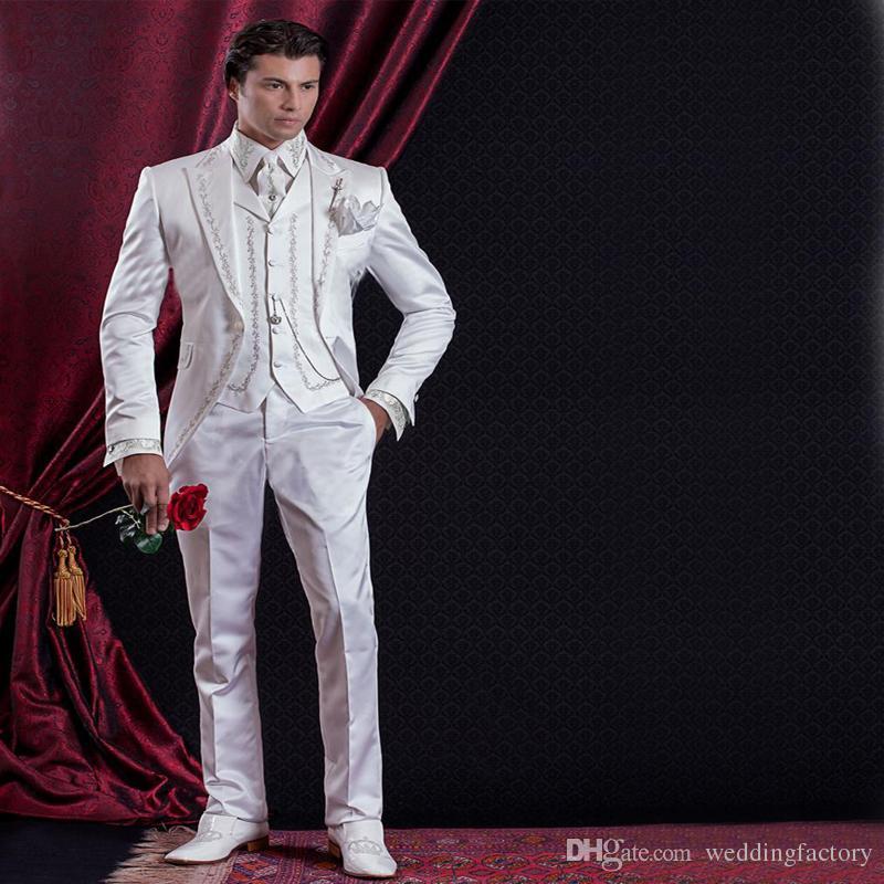 사용자 정의 바로크 스타일 신랑 턱시도 Groomsman 정장 저녁 정장 자수 웨딩을위한 백인 남자 정장 (자켓 + 바지 + 조끼) 제작